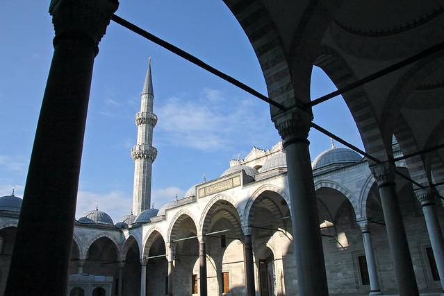 Courtyard of Suleymaniye Mosque, Istanbul, Turkey イスタンブール、スレイマニエ・モスクの中庭