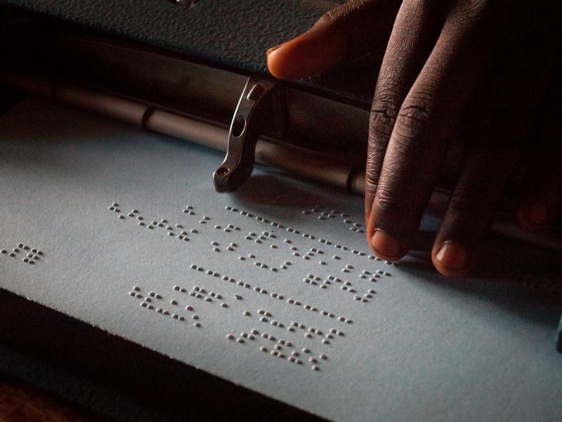 Lettura Braille a scuola in Uganda