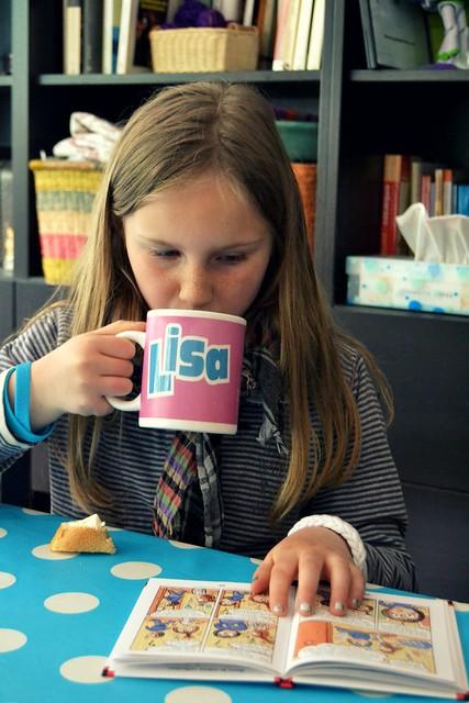 Lisa con taza Lisa