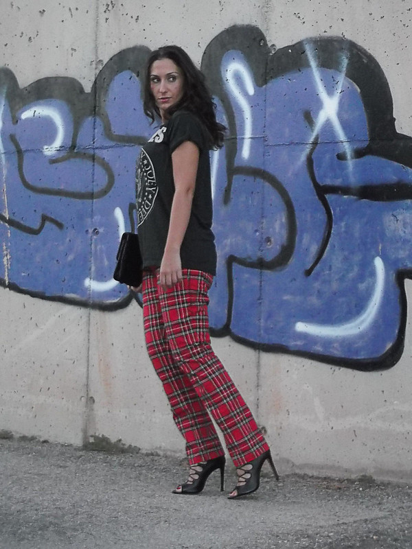 Urban, street style, pantalón, tartán, camiseta, Ramones, sandalias abotinadas negras, tartan trousers, Ramones' t-shirt, black bootie sandals
