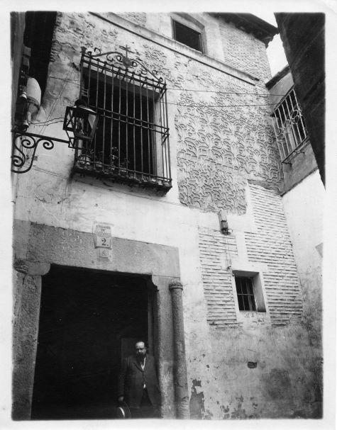 Ventura Reyes Prósper en el Callejón del Salvador hacia 1915 © Fondo Rodríguez. Archivo Histórico Provincial. JCCM. Signatura CGD2-106