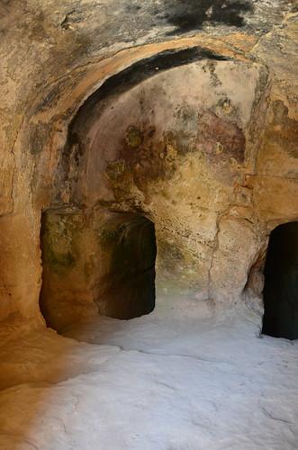 Die Grabhöhlen sind in dem Fels geschlagen zur Ablage der Mumien oder Leichen