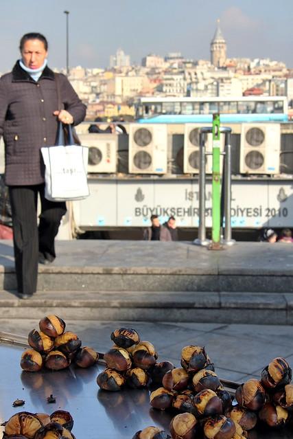 Roast chestnuts stand in Eminonu, Istanbul, Turkey イスタンブール、焼き栗屋台