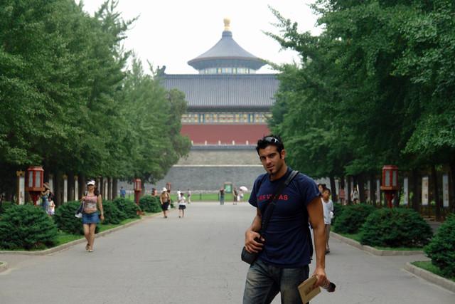 En la entrada al complejo del Templo del Cielo, ... rodeado de una extensa masa de árboles centenarios, la llegada al sitio religioso es pura armonía. Templo del Cielo de Pekín, perfección entre tierra y cosmos - 8664935575 2da8d38d9c z - Templo del Cielo de Pekín, perfección entre tierra y cosmos