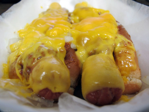 Chili cheesedogs with onions by Coyoty
