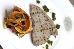 Pesce spada grigliato, yogurt cetrioli e menta, tagliatelle di verdure al sesamo
