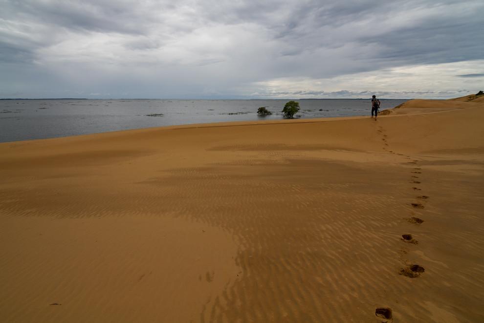 Un fotógrafo recorre las dunas de San Cosme y Damián, uno de los lugares turísticos más importantes del departamento de Itapúa. (Tetsu Espósito)(Tetsu Espósito)