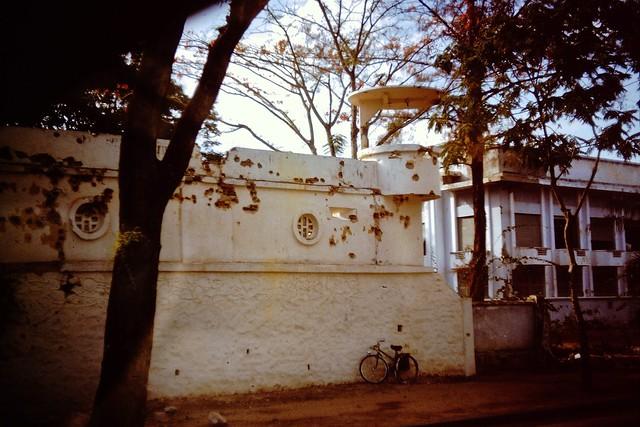Một góc Thành Cộng Hòa sau ngày đảo chánh 1/11/1963. Bên phải hình là Trường Cao Đẳng QP.