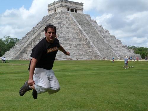Saltando frente a la pirámide de Kukulkán (Chichen Itzá, México)