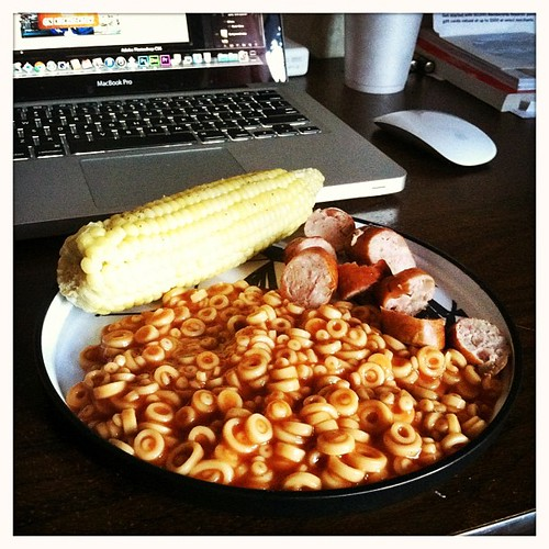 one of the many reasons i love @slomygosh. this is what she randomly brings me while i'm working. apple sausage, joe's o's and a cob of corn.