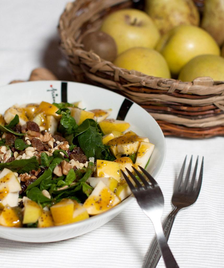 Ensalada sin almidón de espinacas, manzana y frutos secos