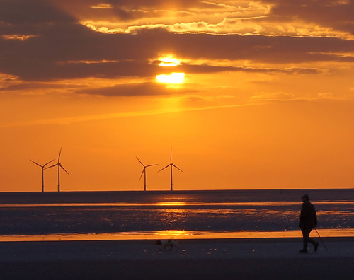[フリー画像素材] ビーチ・海岸, 朝焼け・夕焼け, 風車, 風力発電, 発電所, 人物, 風景 - イギリス ID:201304031600