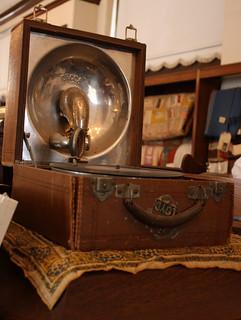 Handcranked phonograph in better focus