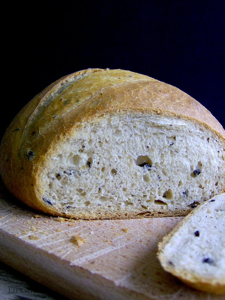 Pan con olivas y parmesano