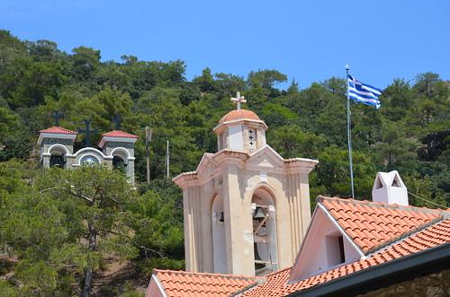 Am Berg gibt es griechische Fahnen zur Erinnerung an die Herkunft des Glaubens