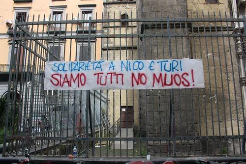 Striscione fuori l'università Orientale di Napoli. No muos!