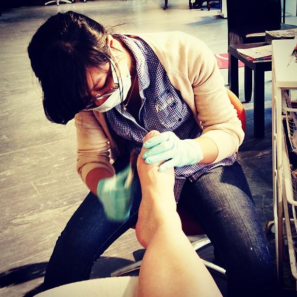 Okej att mina fötter inte luktar hallon. Men handskar OCH mask? Vet inte om jag borde bli förolämpad. #pedikyr #nomnom