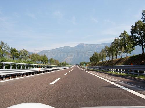 誰もいない高速道路