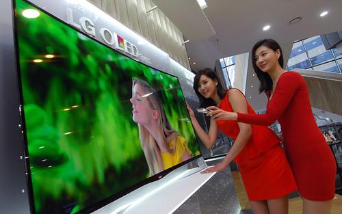 곡면 올레드 TV와 모델