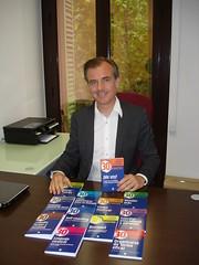 """El editor Josep Pi muestra """"¡Me voy! Trabajar en el extrajero y cómo afrontar el traslado"""", un libro dirigido para los que se van fuera a buscar nuevas oportunidades profesionales."""