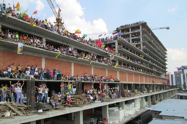 Caprilistas toman edificio