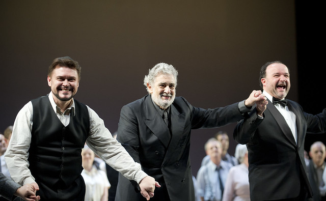 Vitalij Kowaljow, Plácido Domingo and Renato Balsadonna and The Royal Opera Chorus at the Nabucco curtain call © ROH/Tristram Kenton, 2013
