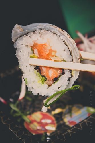 Umai - House maki - rolo especial com cobertura de salmão
