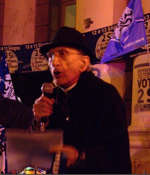 don Andrea Gallo sul palco, durante la serata conclusiva della campagna referendaria, giugno 2011