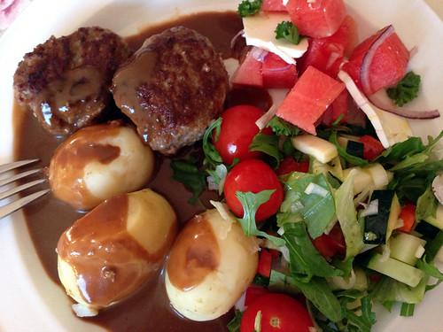 Frikadeller med kartofler, brun sovs og salat