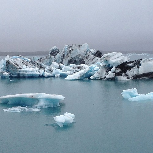 The water here is incredibly blue. #Jökulsárlón #iceland