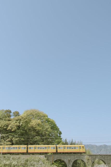 青いお空と黄色い電車 2