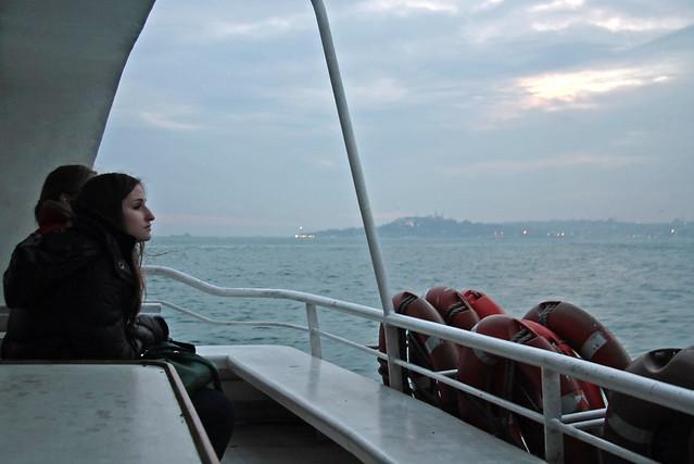 Girls gazing the sea from the ferryboat, Istanbul, Turkey イスタンブール、渡し船から海を見つめる女性たち