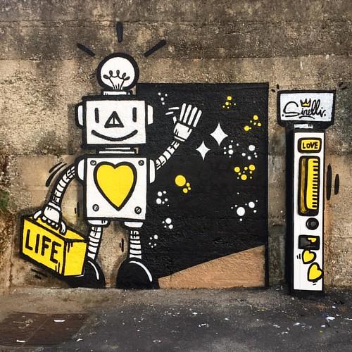 Space Robot saluta Rogliano e torna sul suo pianeta.  Porta via con sé una valigia piena di vita, quella vita che sulla terra non ha più il giusto valore!   #loveplease #love #life #rogliano #robotlove #spacerobot #massimosirelli #adottaunrobot #streetart