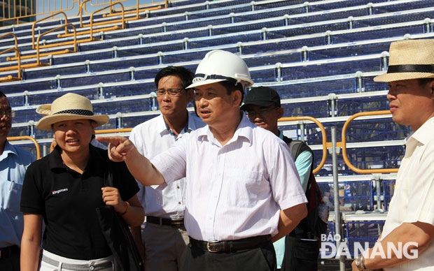 Municipal People's Committee Vice Chairman Dang Viet Dung (second right) checking the preparations for ABG5