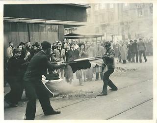 Tilskuere ved det tidligere tyske hovedkvarter på Dagmarhus ødelægger flag, som er blevet kastet ud fra bygningen.