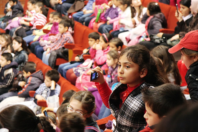 Children watching at military march band in Istanbul Military Museum, Turkey イスタンブール軍事博物館の演奏を見る子ども達