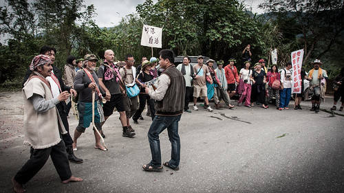 圖二,徒步行動團隊與太巴塱族人一起跳著傳統舞蹈接受敬酒 攝影:郭文吉