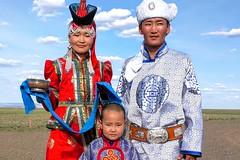 """Mongolen in der Festtagskleidung/Tracht """"Deel"""". Foto: Archiv Härter."""