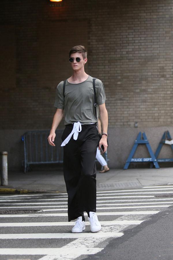 グレー無地Tシャツ×黒ワイドパンツ×スタンスミス