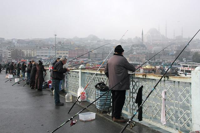 Anglers on the Galata bridge, Istanbul, Turkey イスタンブール、ガラタ橋の釣り人たち
