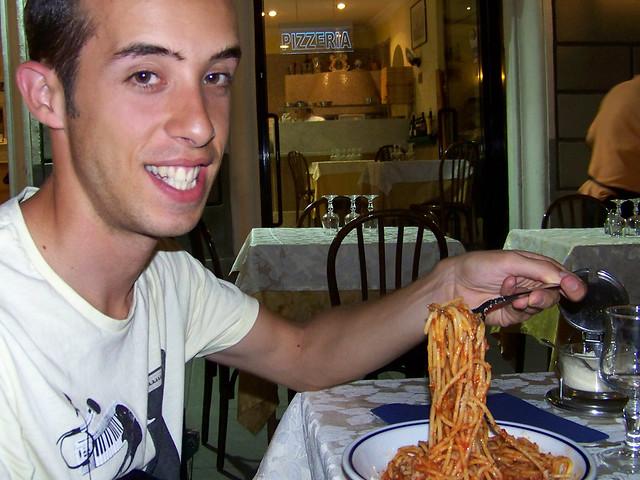 Comiendo espagueti Bolognesa en Italia