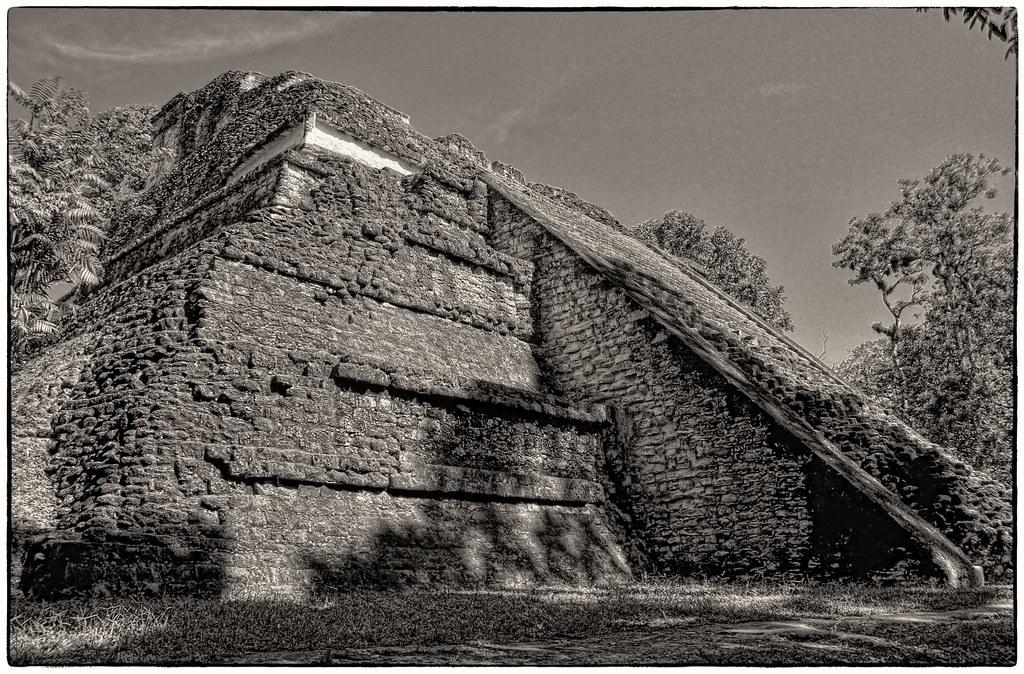 Tikal GCA - Mundo Perdido Talud-Tablero Temple 5C-49 01