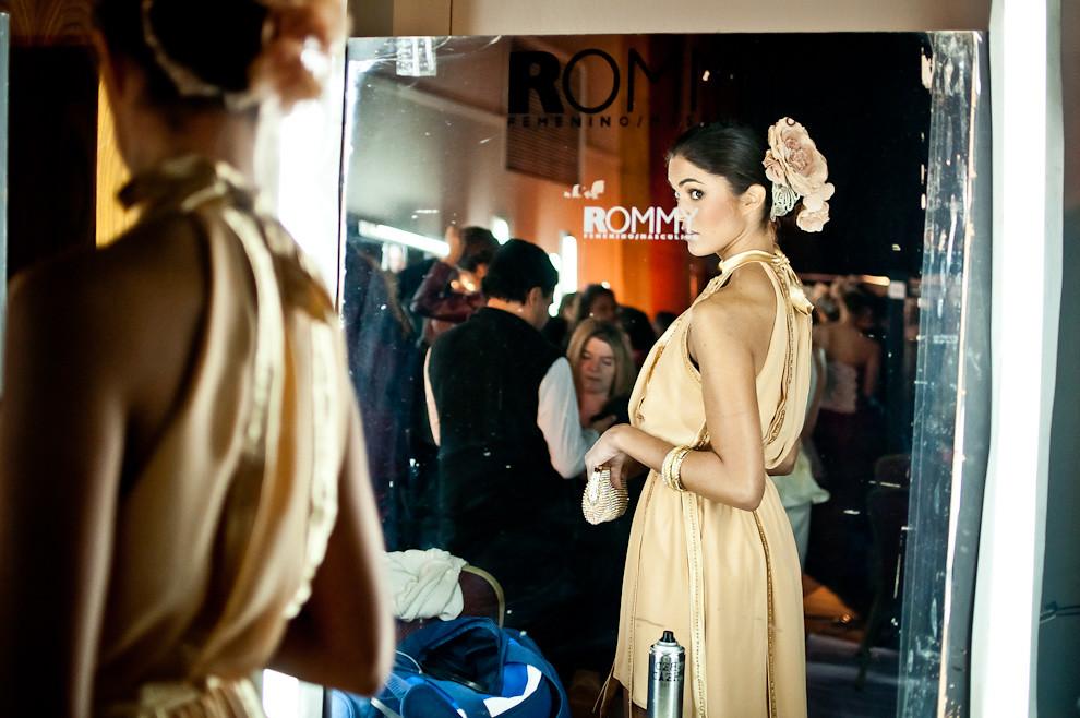 Las modelos disponían de poco tiempo para vestirse, maquillarse y prepararse entre un desfile y otro. (Elton Núñez)