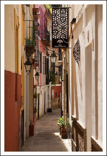 Straatje in Sevilla by hans van egdom