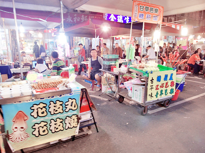 Raohe Night Market stalls