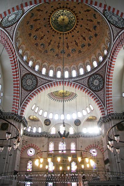Interior of Suleymaniye Mosque, Istanbul, Turkey イスタンブール、スレイマニエ・モスク内装