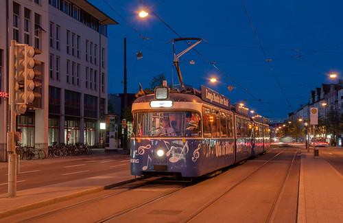 Ois is Blues-Tram wartet am Max-Weber-Platz auf Gäste.