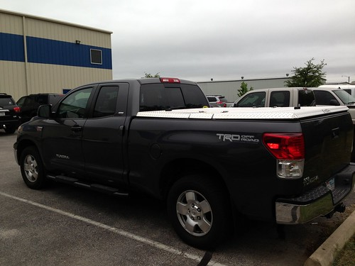 parkinglot aluminum closed s toyota tundra polished lt discontinued diamondback diamondplate blacktruck tonneaucover truckbedcover tu07 driversidetaillightview organizationalaffiliation topequipment