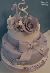 Sugar roses and bow cake