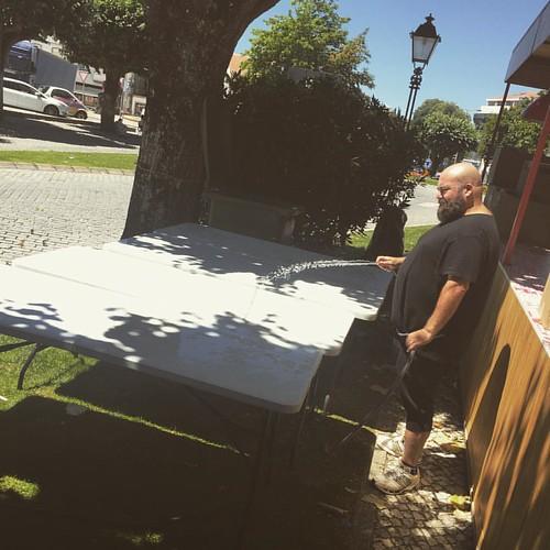 Eu disse ao Rodrigo para regar as mesas. Assim elas fazem a fotossíntese e crescem. Depois dá para sentar umas 30 pessoas à volta de cada uma! #dacozinhaontour #dcbyjoebest #dacozinha  #denorteasul #festaContinente #tascaPortuguesa #tonycarreira #manguald
